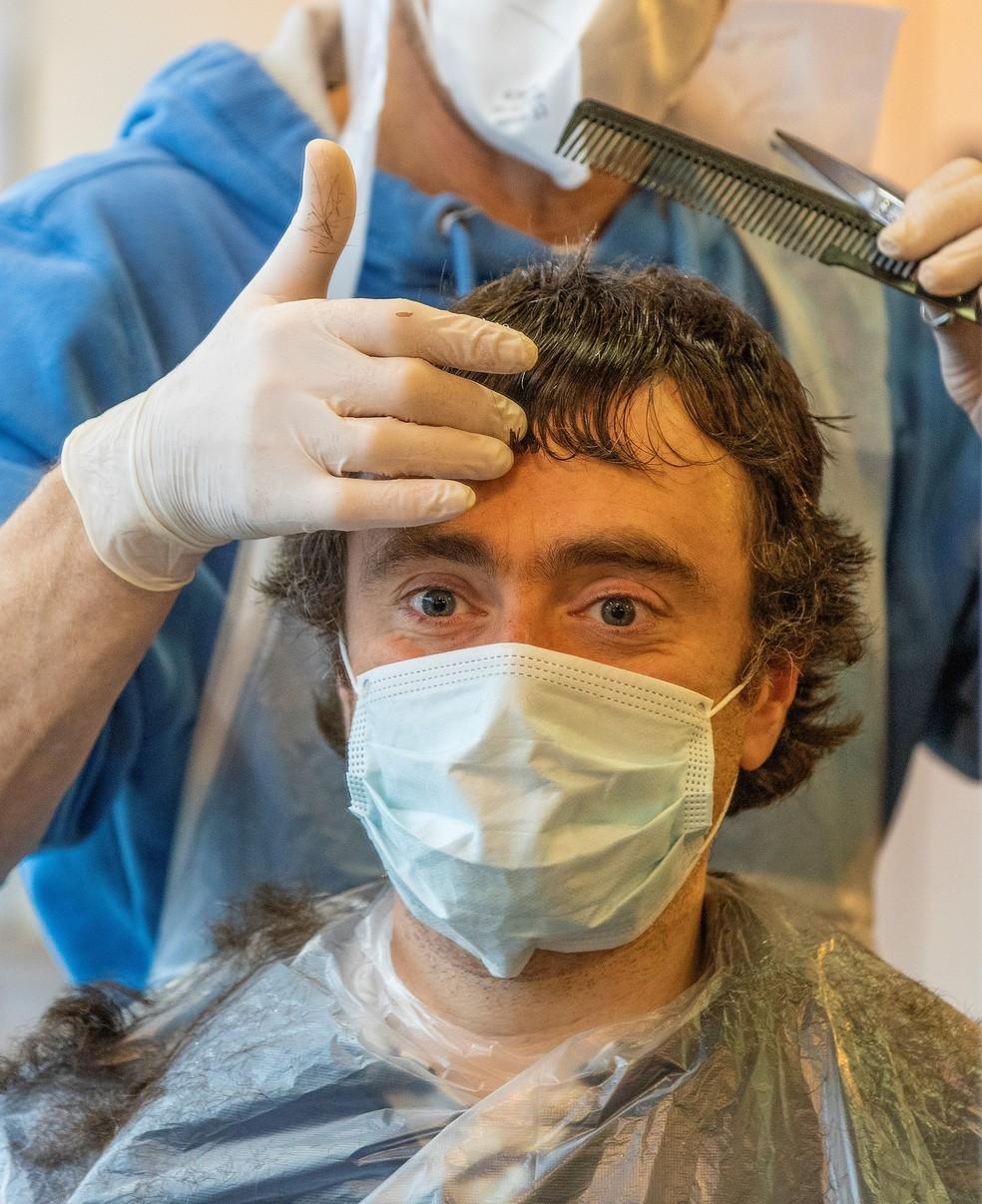 Homem corta cabeloem meio à pandemia da Covid-19 em Dublin, na Irlanda, em 29 de junho. — Foto: Paul Faith/AFP