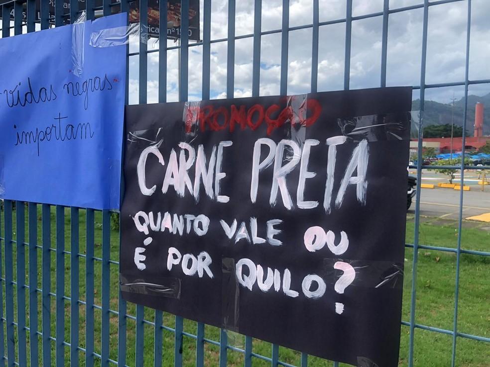 Cartazes apontam racismo em crime cometido no RJ; em imagem de arquivo — Foto: Matheus Rodrigues/G1