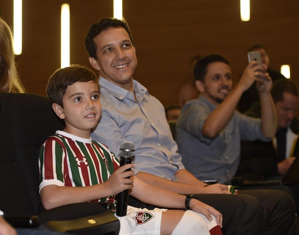 Ricardo, de 8 anos, torcedor mirim que viralizou nas redes ao receber Ganso no aeroporto, esteve presente em coletiva — Foto: André Durão / GloboEsporte.com
