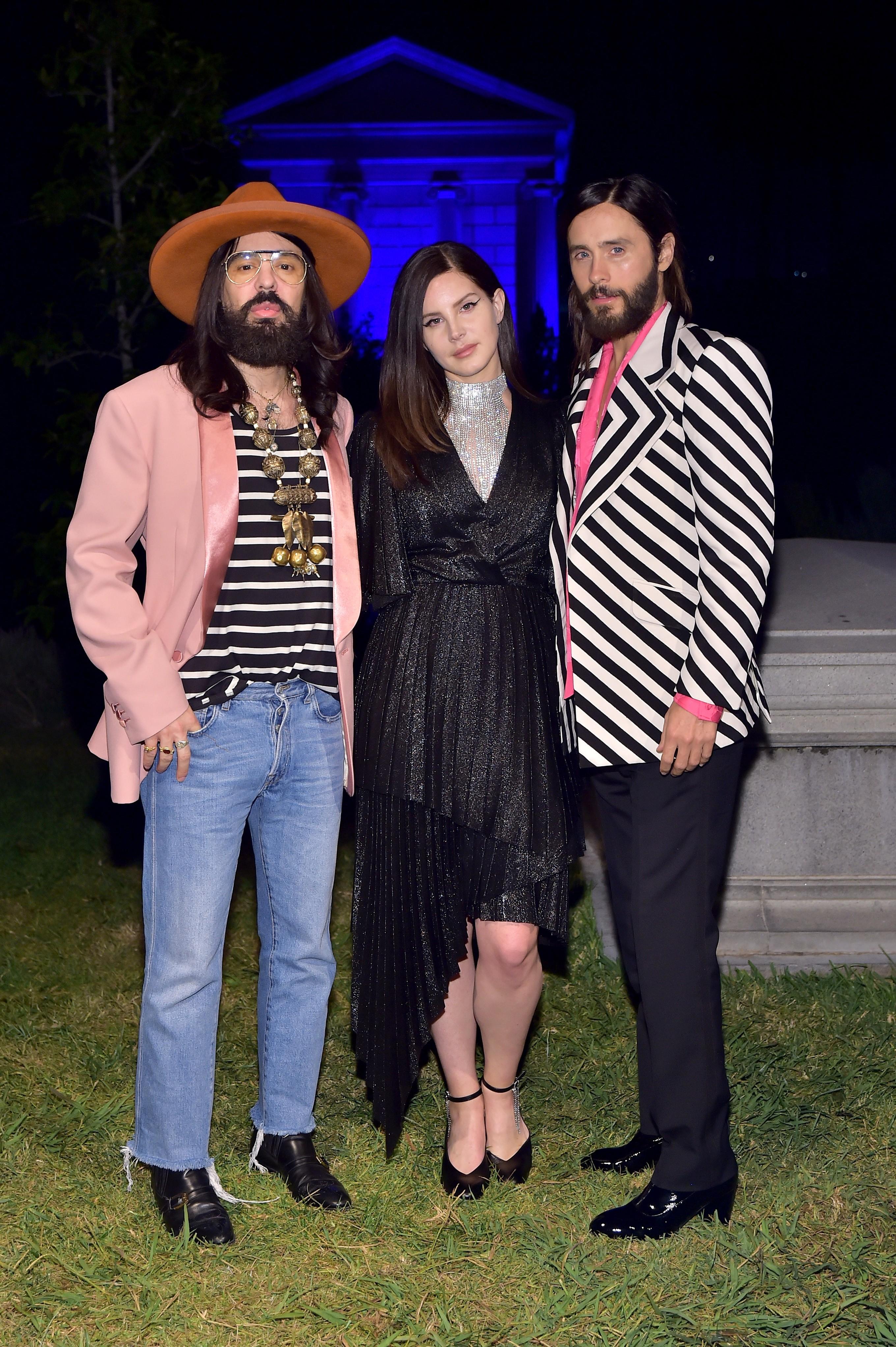 Lana del Rey entre Jared Leto e o diretor criativo da Gucci, Alessandro Michele (Foto: Getty Images)
