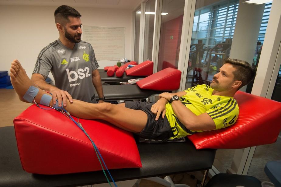 Diego volta ao CT do Flamengo para iniciar nova etapa de tratamento no tornozelo