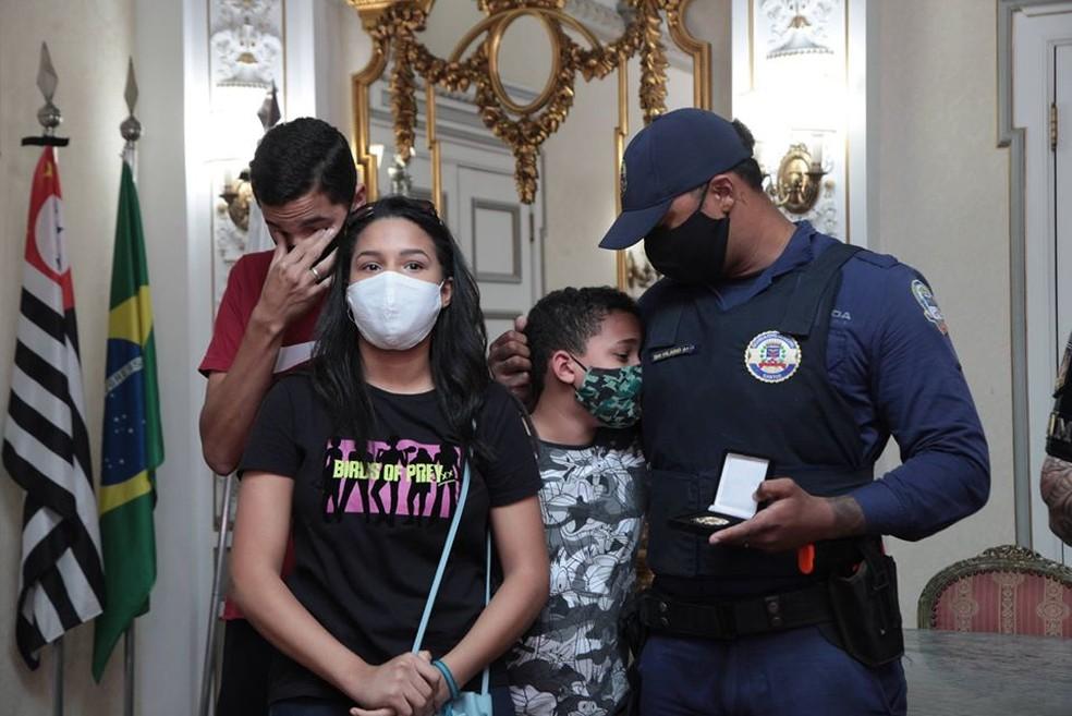 Família de Hilário se emocionou com homagem recebida em Santos, SP — Foto: Susan Hortas/Prefeitura de Santos