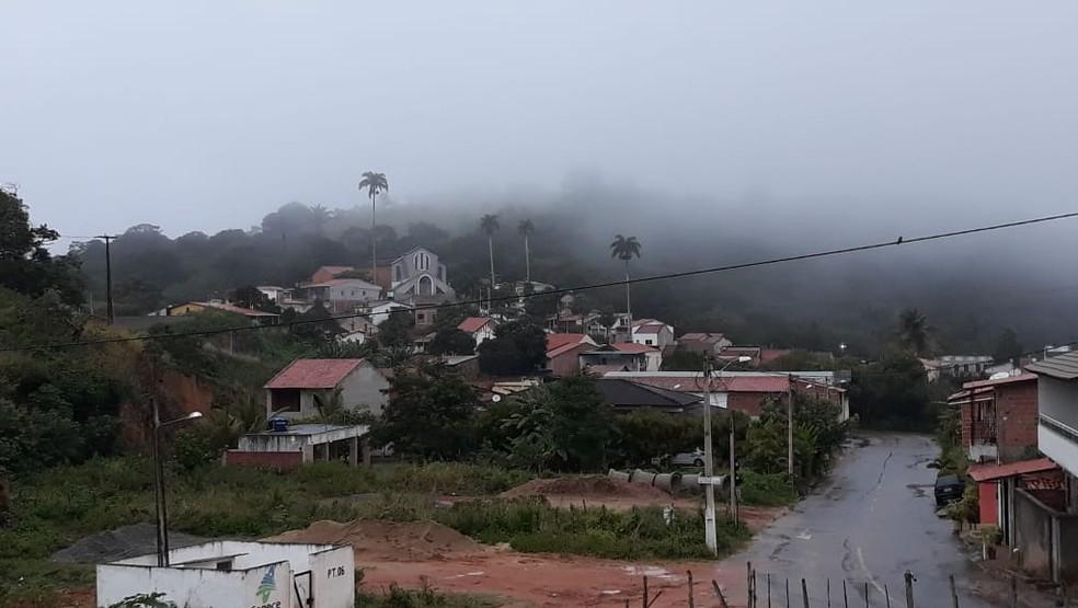 Cidade de Mulungu no Maciço de Baturité amanheceu com neblina e leve chuva. Termômetros registraram mínima de 17°C no início da manhã.  — Foto: Neile Leitão/Arquivo Pessoal
