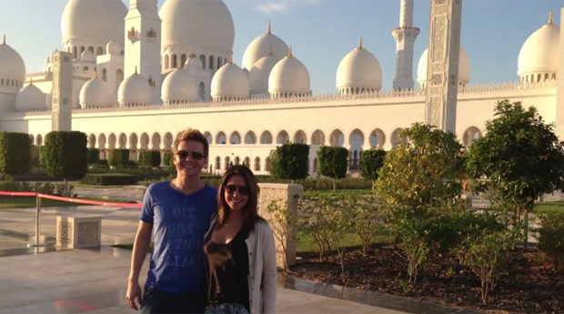Thais Fersoza e Michel Teló em Abu Dhabi (Foto: Reprodução/YouTube)
