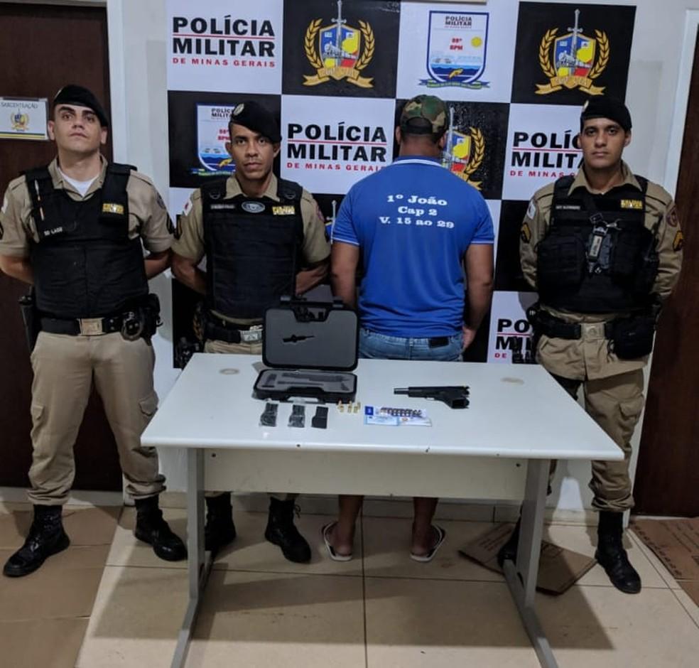 Policiais com o homem preso por porte ilegal de arma — Foto: Polícia Militar / Divulgação