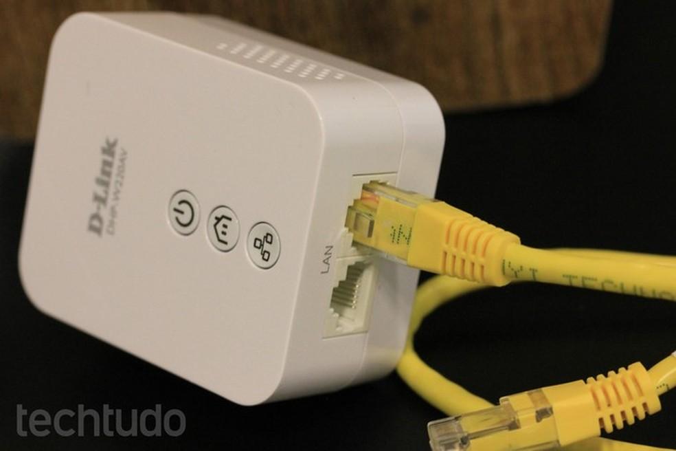 Powerline é conectado ao roteador via cabo Ethernet (Foto: Lucas Mendes/TechTudo)