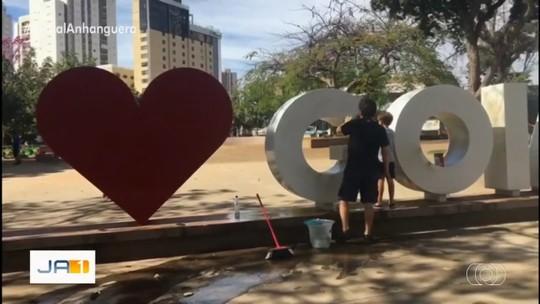 Conheça irmãos que limparam monumento 'Eu <3 Goiânia'