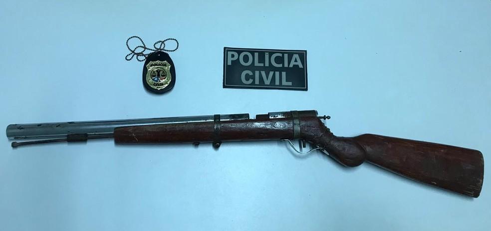 Arma de fabricação artesanal encontrada na casa do PM reformado Raimundo Martinho — Foto: Divulgação/Polícia Civil