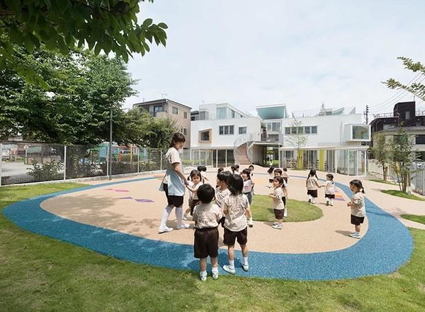 Atrás da escola, uma pátio aberto completa a construção (Foto: MAMM Design/ Divulgação)