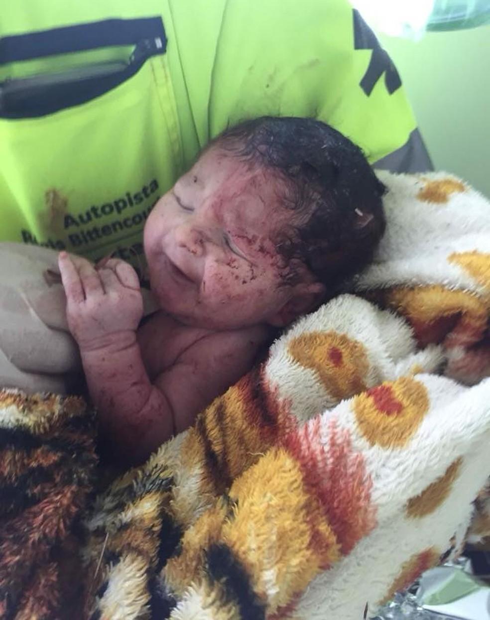 Bebê nasceu após acidente na Rodovia Régis Bittencourt, em Cajati (Foto: Divulgação/Arteris)