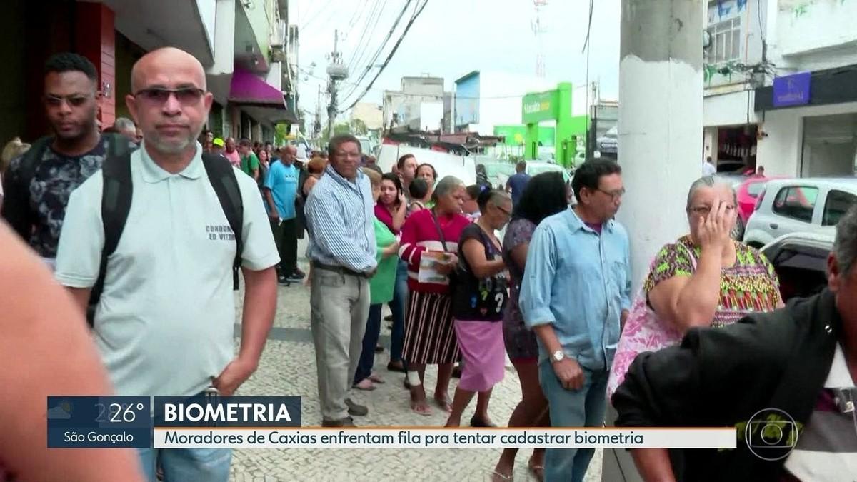 Eleitores fazem fila para cadastramento de biometria em Duque de Caxias, RJ