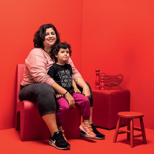A designer Thaiz Leão, mãe solo com seu filho Vicente (Foto: Eduardo Svezia)