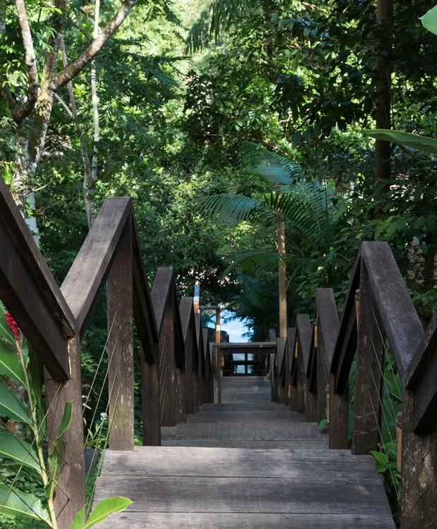 Como a casa foi erguida no patamar mais alto do condomínio, a escadaria que dá acesso à praia tem muitos degraus (Foto: Cacá Bratke/Divulgação | Produção Deborah Apsan)