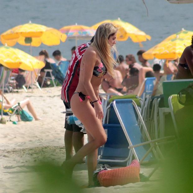 Carol Portalupi em Ipanema, Rio de Janeiro (Foto: AgNews)