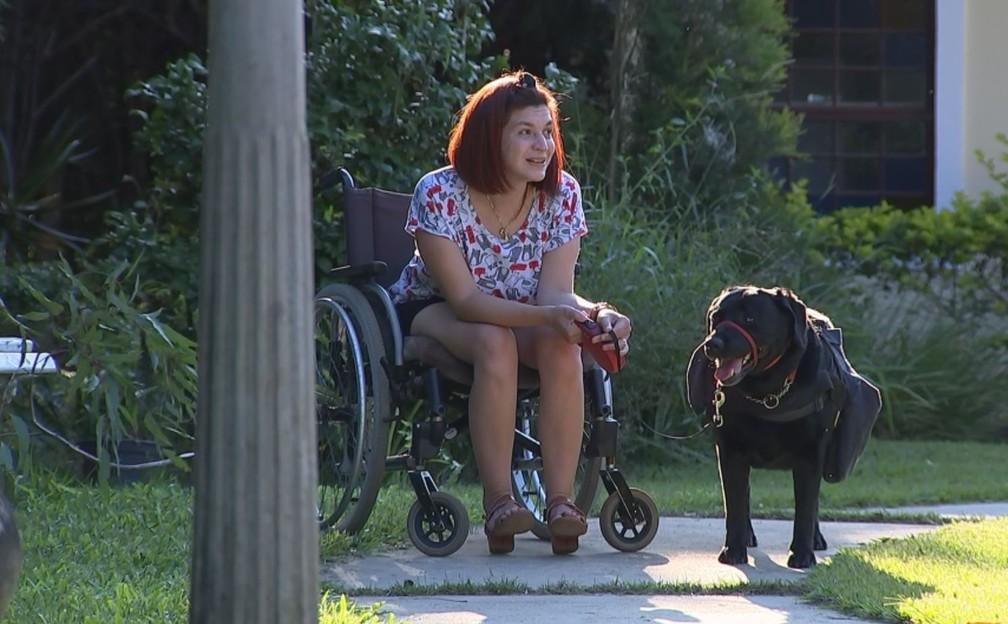 Bióloga Juliana Russini com sua cachorra de serviço Luara — Foto: Mike Adas/TV TEM