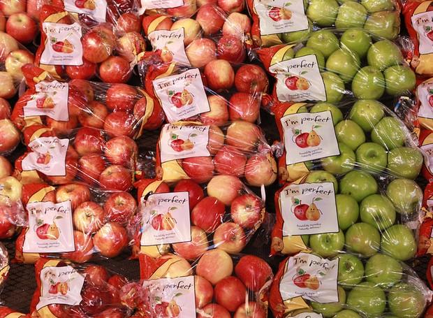 Os sacos que envolvem as maçãs não trazem muita diferença entre os produtos (Foto: Supermarket News/ Reprodução)