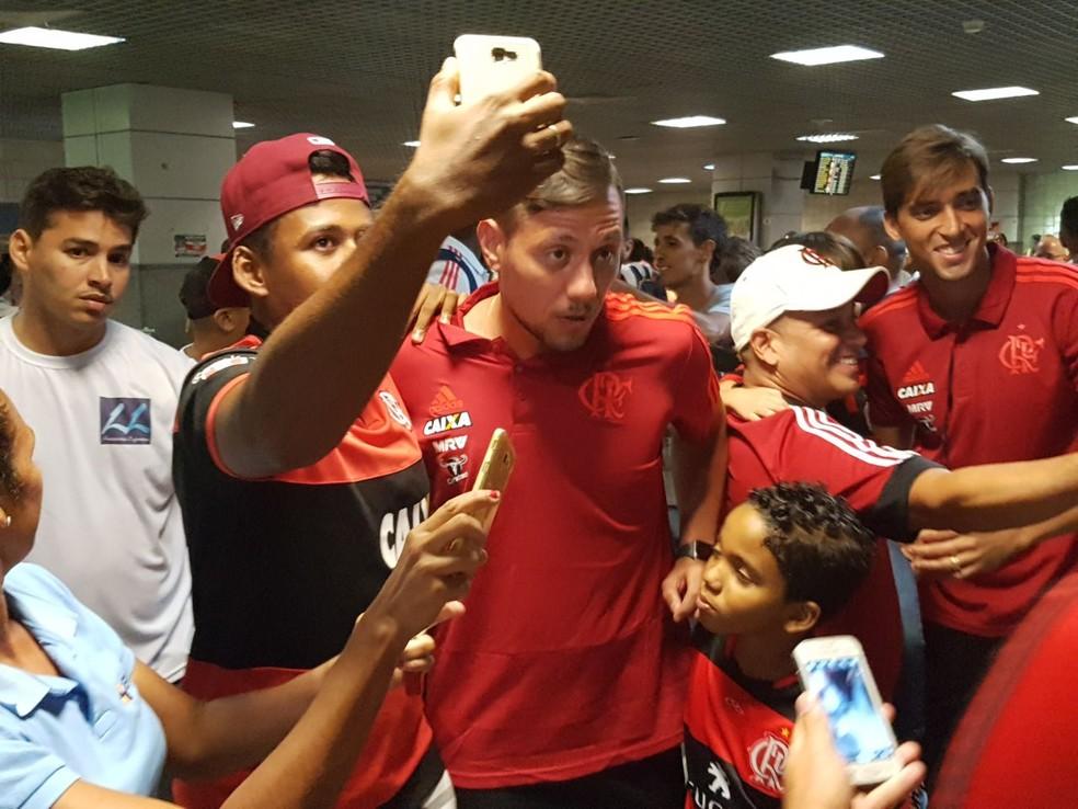 Diego Alves posa para fotos com os torcedores (Foto: Marcelo Baltar / GloboEsporte.com)