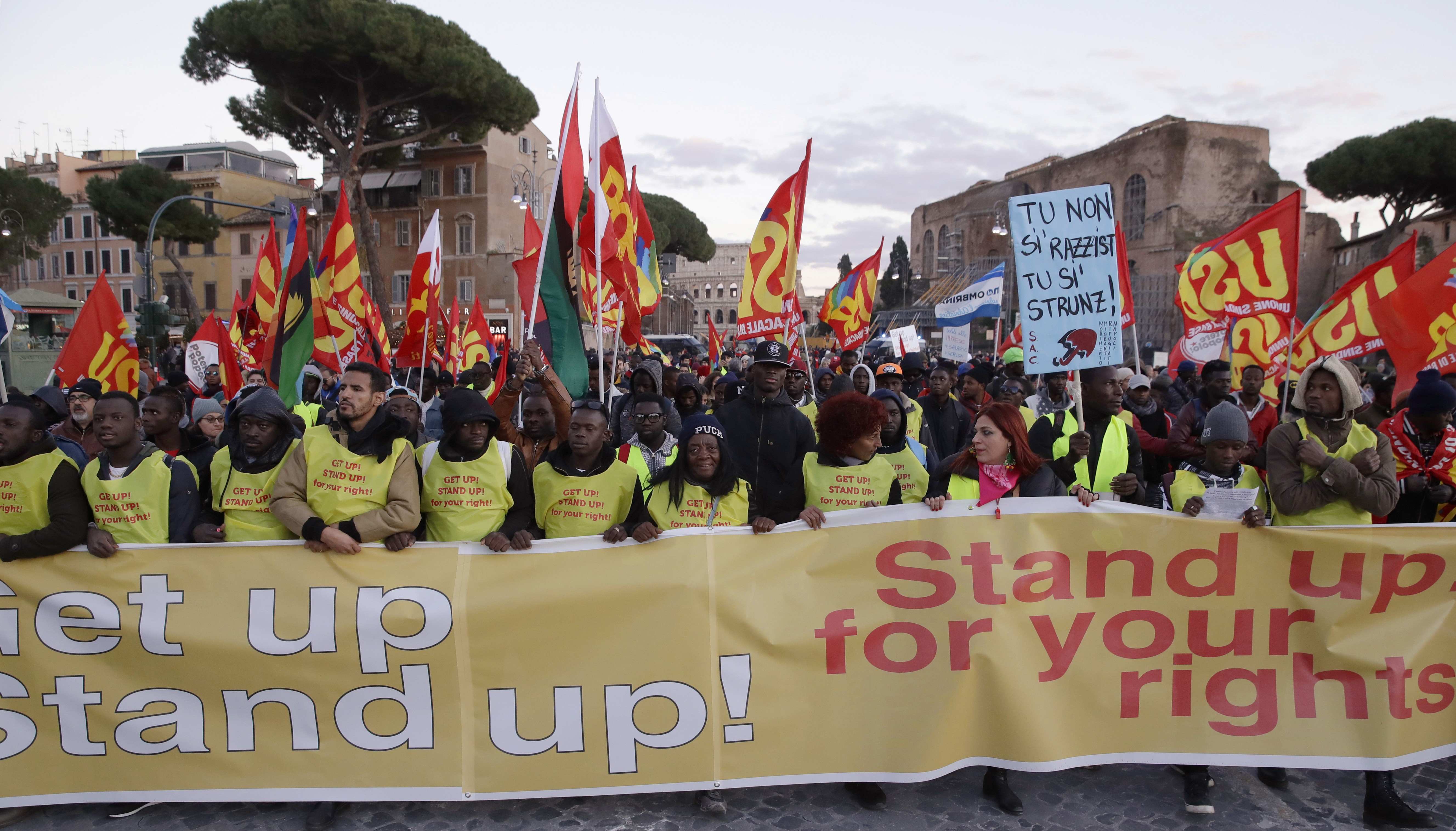 Milhares de pessoas se manifestam na Itália contra lei que endurece regras para imigração e asilo