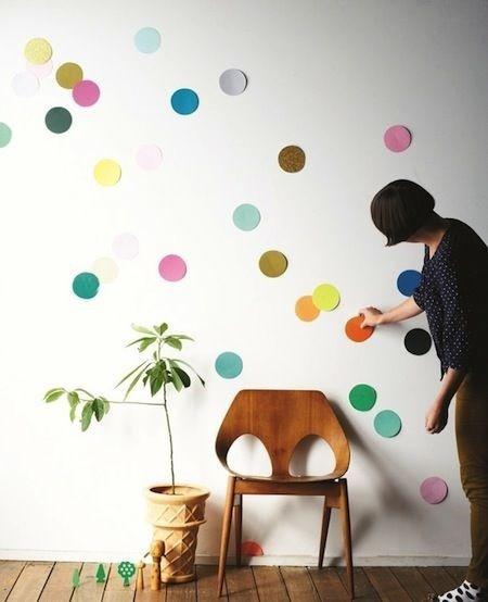 Confetes gigantes presos temporariamente à parede trazem o ala-la-ô para dentro de casa sem mudanças radicais (Foto: Pinterest/Reprodução)