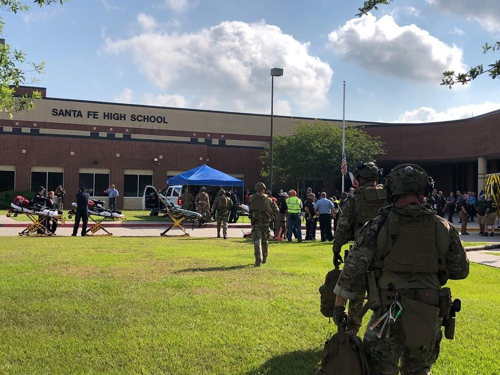 Policiais atendem ao chamado depois de tiroteio em escola em Santa Fe, região de Houston, no Texas. (Foto: Xerife do Condado de Harris/Reuters)