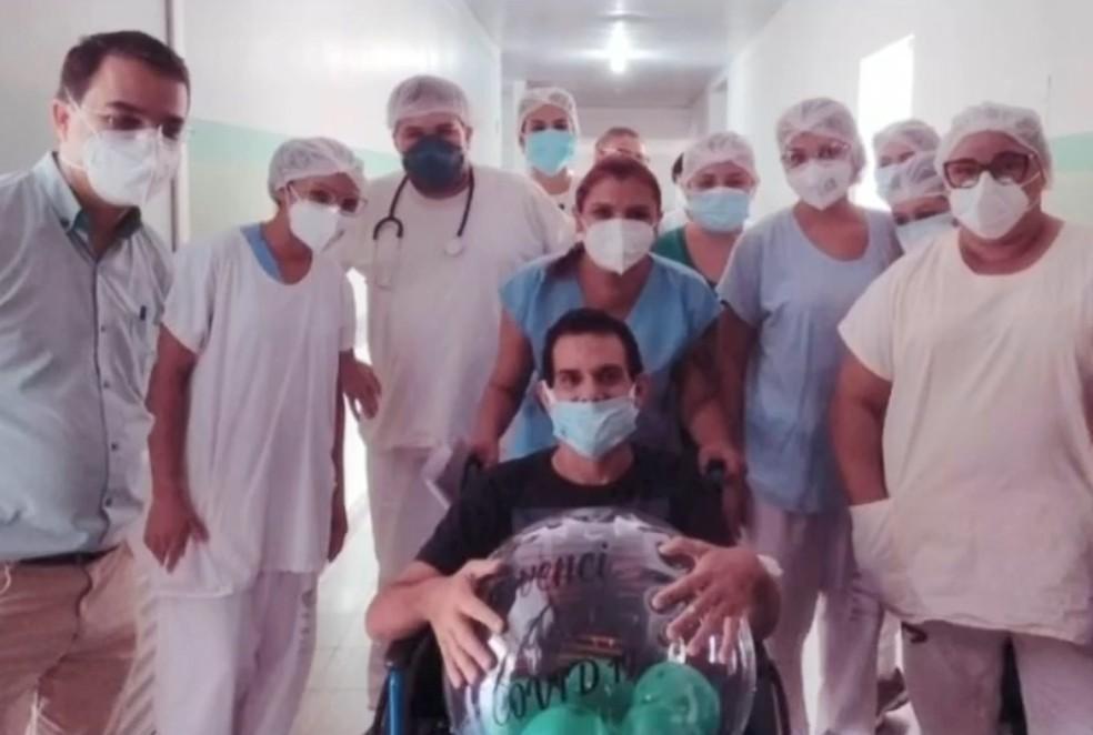 Fernando e equipe médica comemorando alta hospitalar — Foto: Reprodução/TV TEM