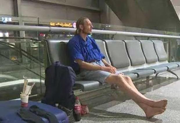 Alexander Cirk, de 41 anos, permaneceu dez dias no aeroporto à espera da jovem (Foto: Reprodução/YouTube/24/7 Hot News)