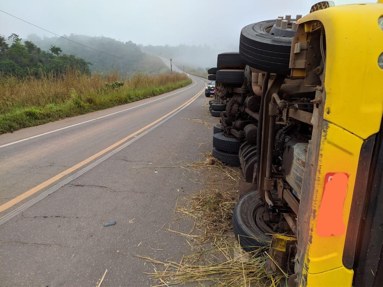 Motorista morre após carreta tombar na BR-010 no Maranhão