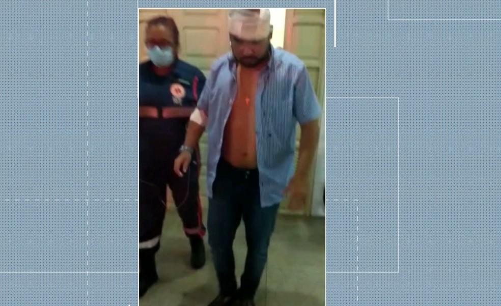 Advogado Allyson Nóbrega deixou o hospital com a cabeça enfaixada — Foto: TV Cabo Branco / Reprodução