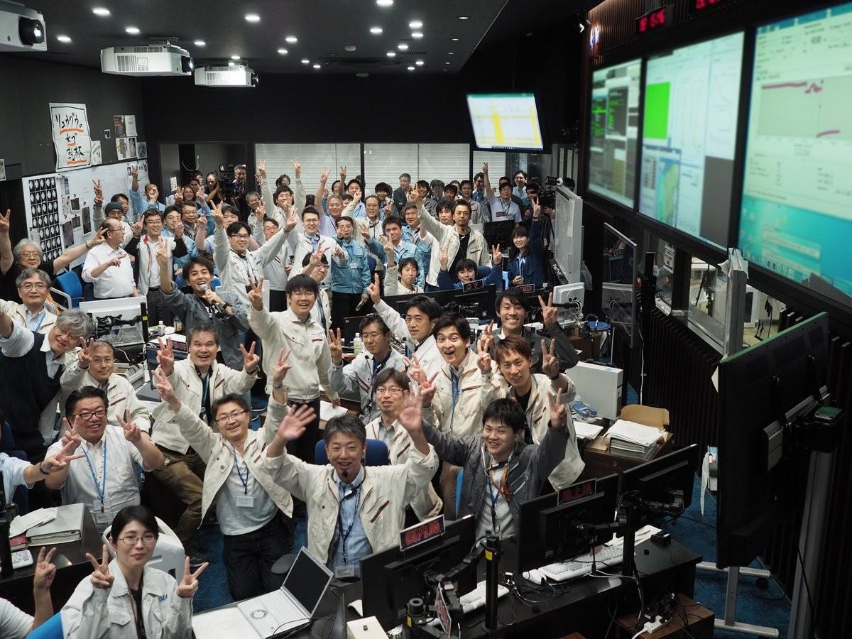 Japoneses comemoram sucesso do segundo pouso da sonda no asteroide 162173 Ryugu (Foto: JAXA/ Twitter)