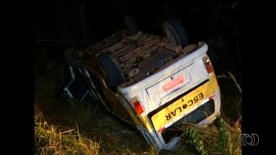 Acidente entre Kombi e caminhão deixa 10 feridos na BR-050, em Goiás