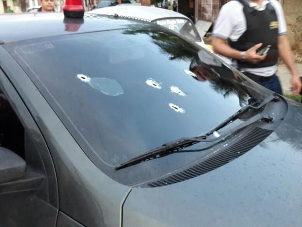 É possível visulizar os cinco disparados que atingiram o para-brisas do carro (Foto: Divulgação)