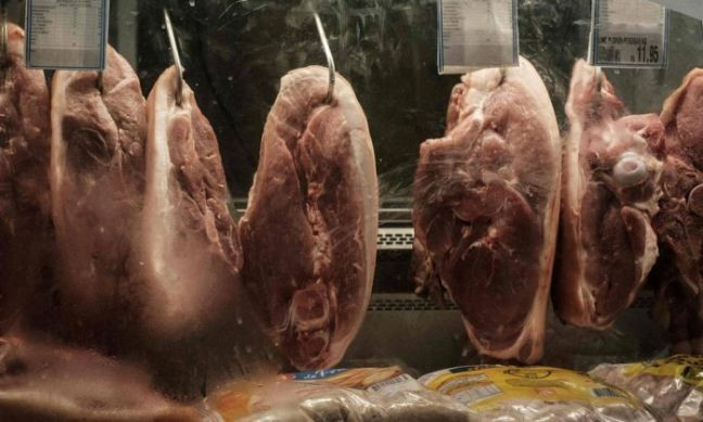 Carnes em supermercado (Foto: Yasuyshi Chiba / AFP)