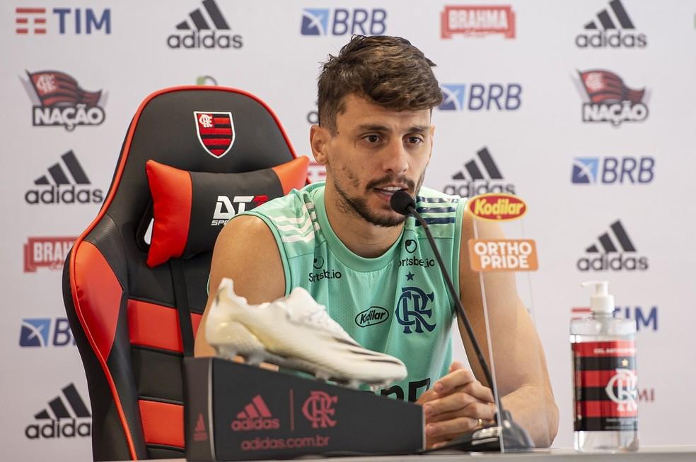 Rodrigo Caio durante entrevista no CT do Flamengo — Foto: Alexandre Vidal/Flamengo