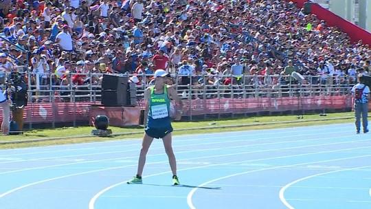 Brasileiro termina prova em último, fica duas voltas sozinho na pista e é aplaudido na Argentina