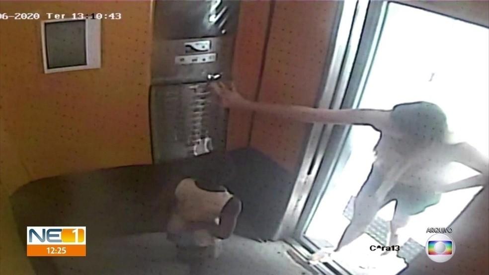 Imagem mostra Sari Corte Real apertar botão de elevador em que estava o menino Miguel — Foto: Reprodução/TV Globo