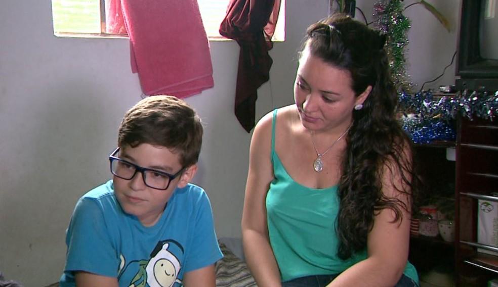 Mayara ficou comovida com o pedido de Bruno e deciciu dar uma festa de natal de presente ao menino em Franca, SP (Foto: José Augusto Júnior/EPTV)