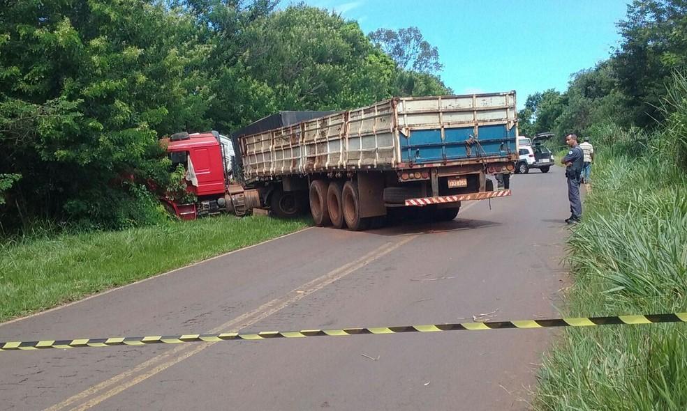 Carretas ficaram atravessadas na pista após colisão em Nova Independência (SP) (Foto: DJ Kakau/Arquivo Pessoal)