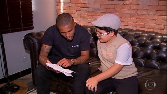 Douglas Costa se emociona em encontro com garoto que fez álbum da Copa à mão