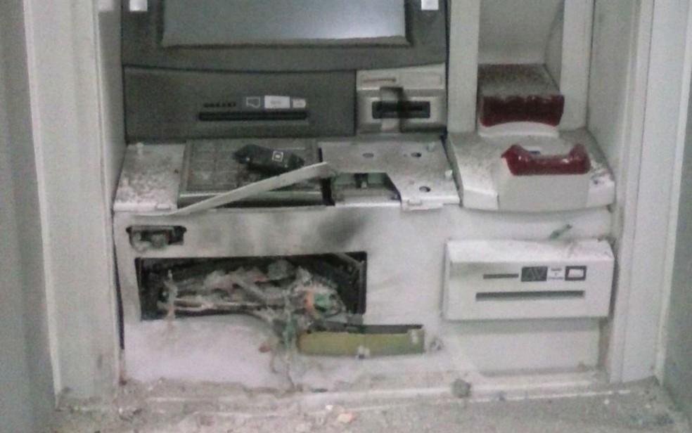 Caixa eletrônico ficou destruído após a explosão, nesta terça-feira  (Foto: Divulgação/Polícia Militar)