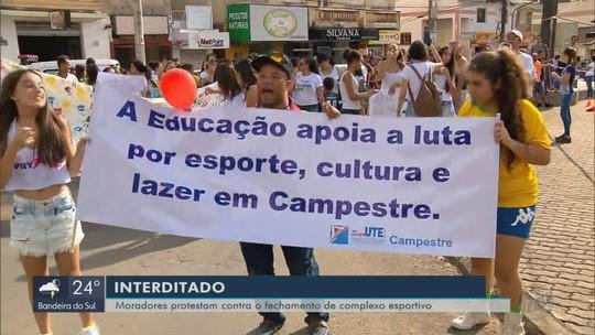 Moradores protestam contra fechamento de complexo esportivo de Campestre, MG