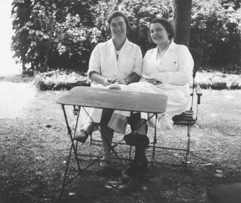 Marguerite Perey (esquerda), descobridora de francium, e sua colega Sonia Cotelle no Radium Institute em Paris em 1930 (Foto: Musée Curie/ACJC)
