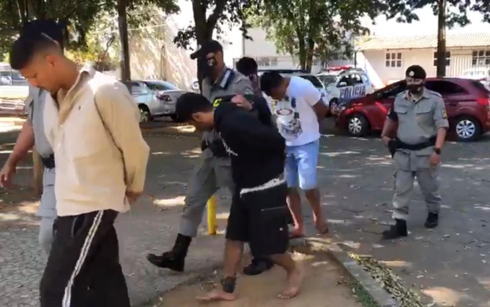 Presos suspeitos de matar e colocar fogo no corpo de um homem em Goiânia — Foto: Reprodução/TV Anhanguera
