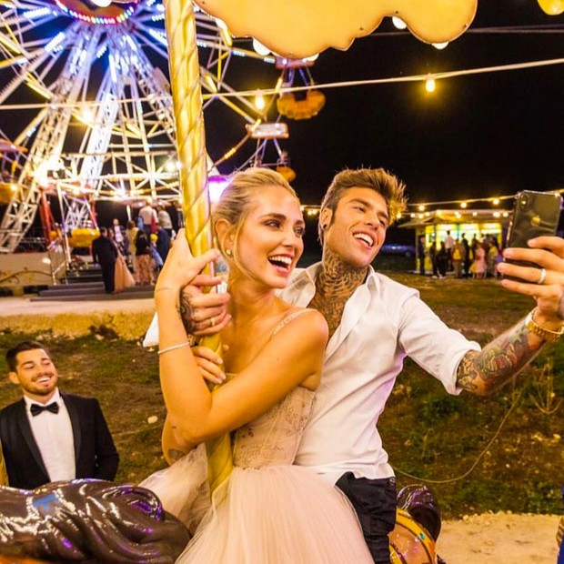 Chiara e Fedez, recém-casados, no carrossel (Foto: Reprodução/ Instagram)