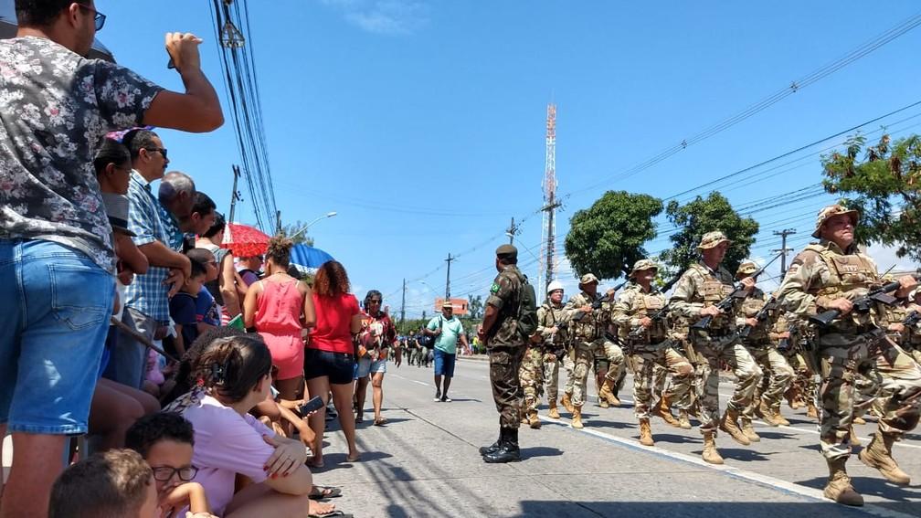 Público acompanha desfile cívico-militar na Avenida Mascarenhas de Moraes, na Zona Sul do Recife, nesta sexta-feira (7) (Foto: Wanessa Andrade/GloboNews)