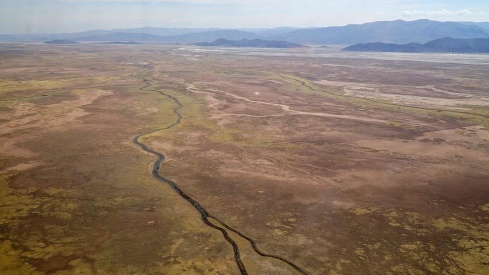 O rio Desaguadero, o maior afluente do lago Poopó, ficou praticamente sem água em novembro de 2017 (Foto: BBC)