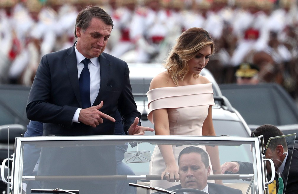 Bolsonaro e Michelle desfilam em carro aberto, na Esplanada dos Ministérios — Foto: Ricardo Moraes/Reuters