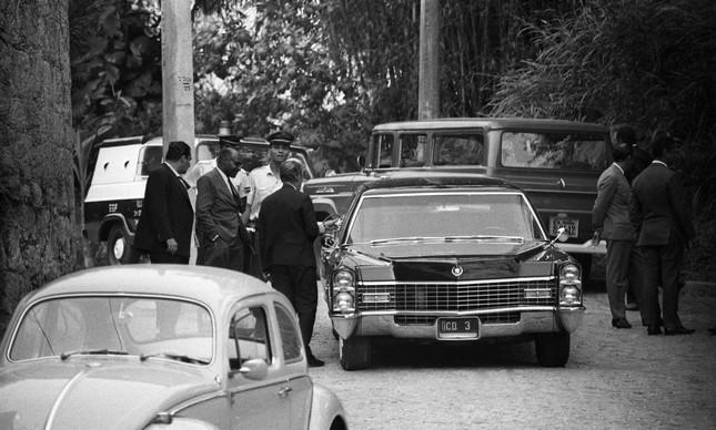 O Cadillac do embaixador Charles Elbrick, abandonado na Rua Joana Angélica, no Humaitá