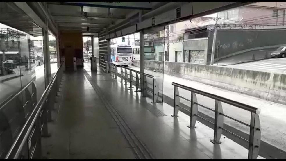 Estação do BRT com vidros arrancados no Rio de Janeiro — Foto: Reprodução/ TV Globo