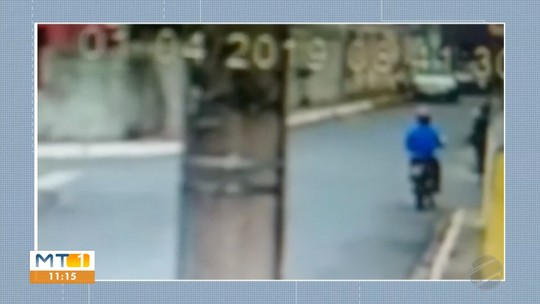 Vídeo mostra mulher sendo jogada no chão por motociclista que tenta tomar a bolsa dela em Cuiabá: 'Não paro de chorar'