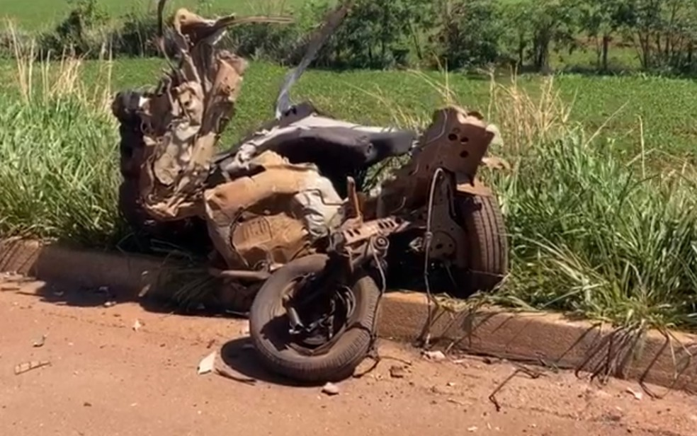 Três pessoas morrem em grave acidente que deixou carro partido ao meio na BR-452, em Rio Verde — Foto: Reprodução/TV Anhanguera